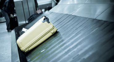Blinder Passagier auf dem Gepäck-Laufband