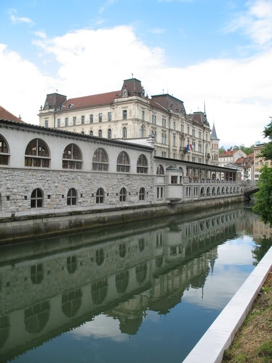 Auch der überdachte Teil des Marktes ist das Werk des Architekten Jože Plečnik.