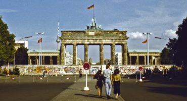 Flughafen Frankfurt verteilt Berliner Mauersteine