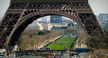Eiffelturm mit neuem Glasboden