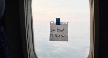 Aufmunternde Botschaften an Flugzeug-Fenstern