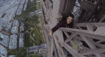 Mann klettert auf Eiffelturm