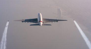 Männer mit Jetpacks fliegen mit Emirates-Airbus