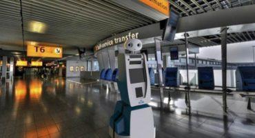 Roboter Spencer führt Passagiere zu ihrem Flugzeug