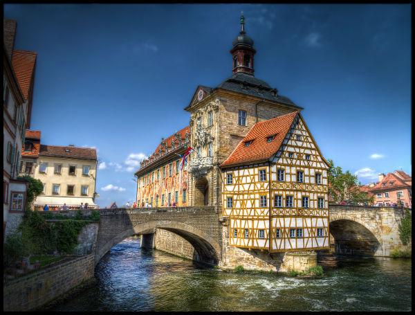 """Früher machten die Hochwasser der Regnitz der Stadt Bamberg zu schaffen, heute gilt der Hochwasserschutz hier als """"wasserdicht""""."""