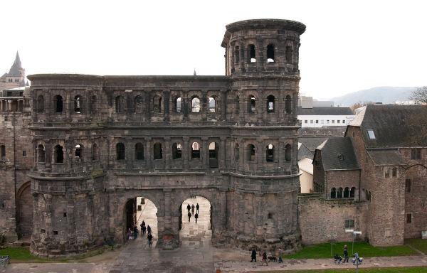 Aus der Römerzeit blieb das nördliche Stadttor der Stadt Trier, die Porta Nigra erhalten.