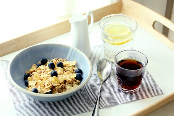 Laut Cristina Ruscitto mindert es Jetlag-Symptome, wenn man Frühstück, Mittag und Abendessen zu geregelten Zeiten einnimmt.